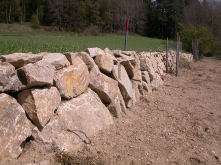 fr02-2015.04.24-neuerrichtete-steinmauer-a-m.schwarz-ddf6b72a34a86fedca5ed4c8bdb1a81a